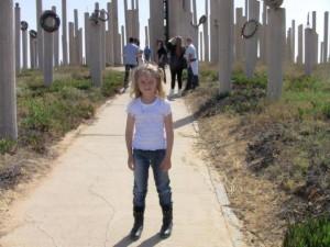 נציגת עצמון באנדרטה